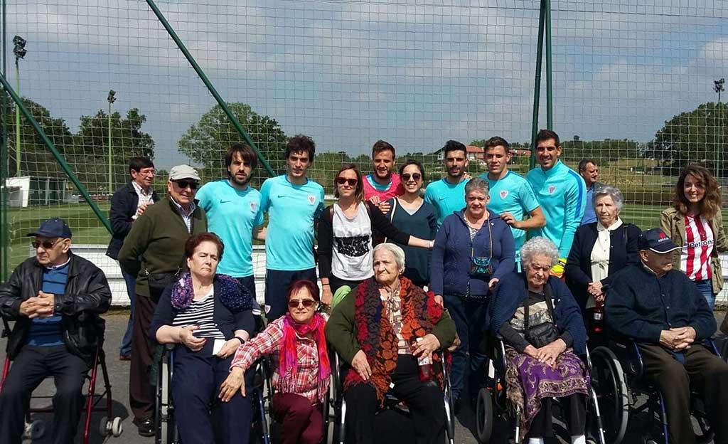 El Taller de Reminiscencia basada en el Fútbol de la Residencia de Personas Mayores Txurdinagabarri, con jugadores del Athletic Club