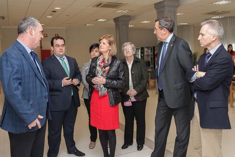 El Diputado General de Bizkaia, José Luis Bilbao (segundo por la derecha), y la Diputada Foral de Acción Social, Pilar Ardanza (en el centro), atienden las explicaciones del director del Centro de Día Txurdinagabarri, José Ezkerra (a la izquierda), en presencia de varios miembros del Consejo de Dirección de Aita Menni