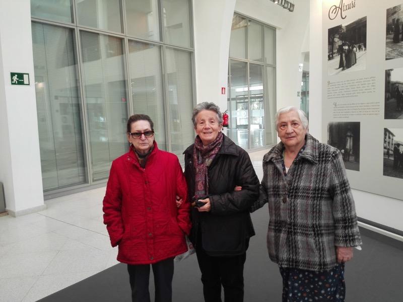 Personas mayores de la Residencia Txurdinagabarri de Bilbao, en la exposición de fotografías antiguas