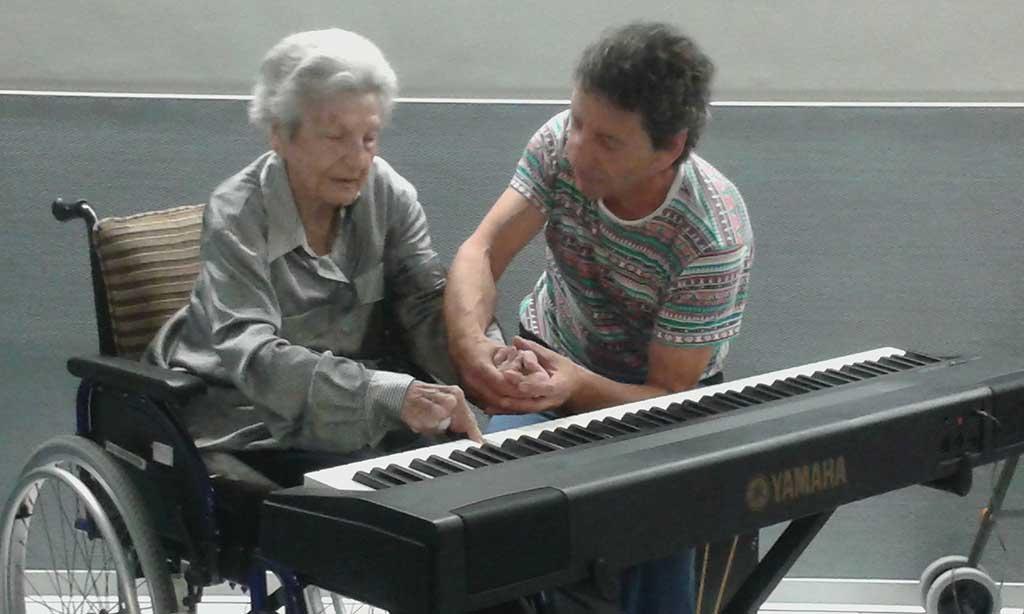 Taller de música para personas mayores en la Residencia Santiago de Villabona