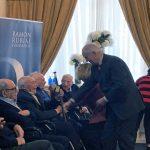 El ex consejero del Gobierno Vasco Juan María Atutxa entrega la makila a Gregorio Urionaguena. (Foto: Cadena Ser).