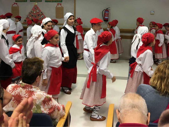 Euskal dantzak en la Residencia Txurdinagabarri por Santo Tomás