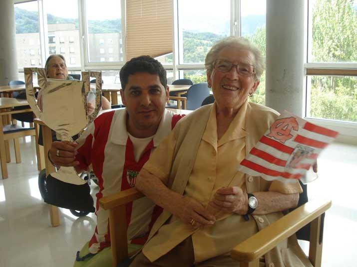 Celebrando la Supercopa en la Residencia de personas mayores Txurdinagabarri