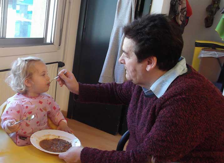 Personas mayores del Centro de Día Aita Menni de Arrasate dan de comer a niños y niñas de la Ikastola Arizmendi