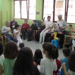Las personas mayores del Centro de Día de Arrasate enseñan canciones a los txikis de la Ikastola Arizmendi