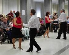 Baile en la Residencia de Personas Mayores Txurdinagabarri