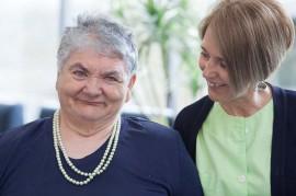 Auxiliar y residente de una de las Residencias de ancianos de Aita Menni