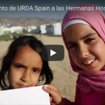 Niñas sirias refugiadas en Líbano saludan a Aita Menni