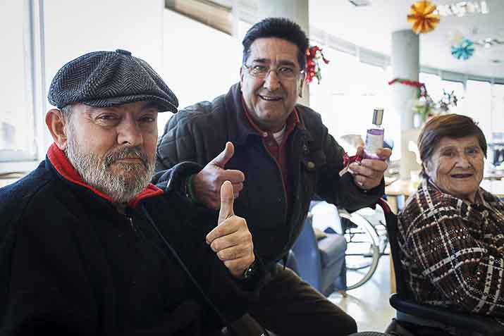 Adulto mayor con los Reyes Mags en la Residencia Txurdinagabarri de Bilbao