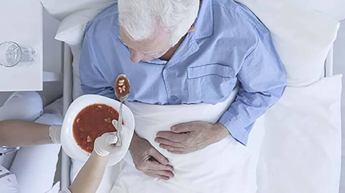 Persona mayor comiendo