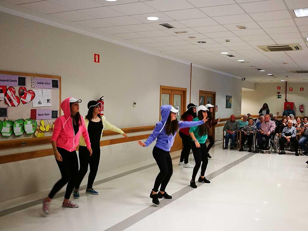 Exhibición de Baile en la Residencia de Personas Mayores Txurdinagabarri de Bilbao