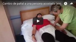 Vídeo: cómo cambiar el pañal a una persona mayor acostada / encamada
