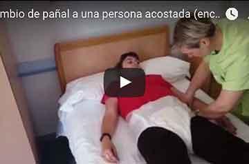 ¿Cómo cambiar el pañal a una persona acostada?