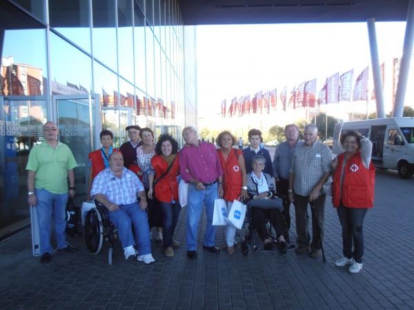 Los residentes de Joxe Miel Barandiaran, con el grupo de apoyo que les ayudó durante su estancia en el BEC