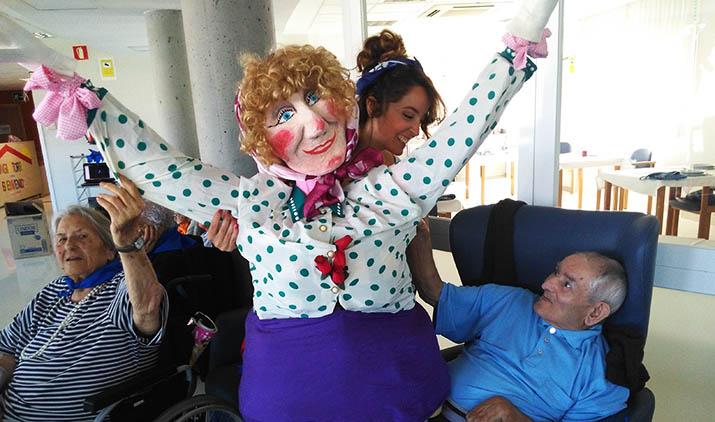Marijaia visita a las personas mayores de Txurdinagabarri