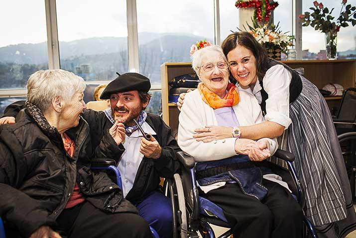 Adultos mayores en Navidad en la Residencia Txurdinagabarri