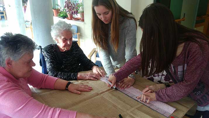 Personas mayores y jóvenes compartiendo tareas