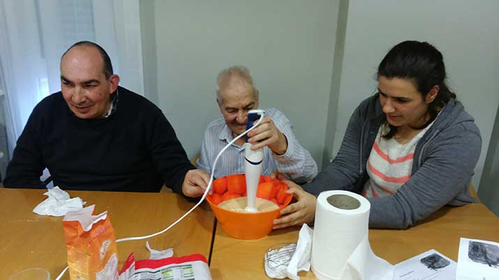 Personas mayores y jóvenes en Txurdinagabarri