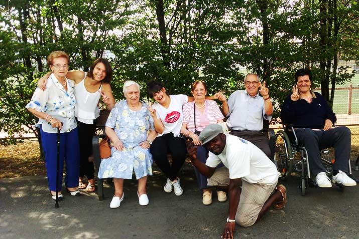 Personas mayores de la Residencia Txurdinagabarri de Bilbao, en el circo