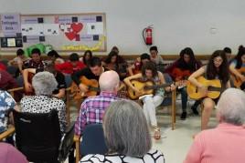 Jóvenes de Begoñazpi y sus guitarras