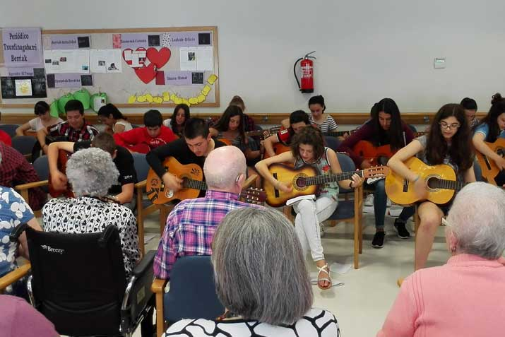 Begoñazpiko gazteek Txurdinagabarri animatu dute haien gitarrekin