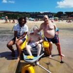 Personas mayores de la Residencia Txurdinagabarri en la playa de Plentzia, Bizkaia