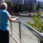 Personas mayores viendo la Vuelta en Bilbao