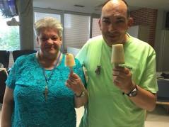 Haciendo helados en la Residencia de la Tercera Edad Txurdinagabarri de Bilbao