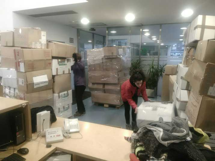 Aita Mennik 18.560 kilo neguko arropa eta oinetako jaso du Grezian dauden siriar errefuxiatuentzat
