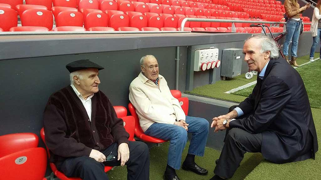 Los Talleres de Reminiscencia basada en el Fútbol de Durango y Deusto visitan el estadio de San Mamés