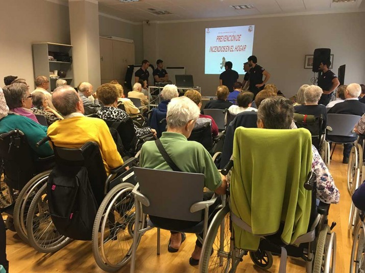 Bomberos en la Residencia de ancianos Txurdinagabarri de Bilbao