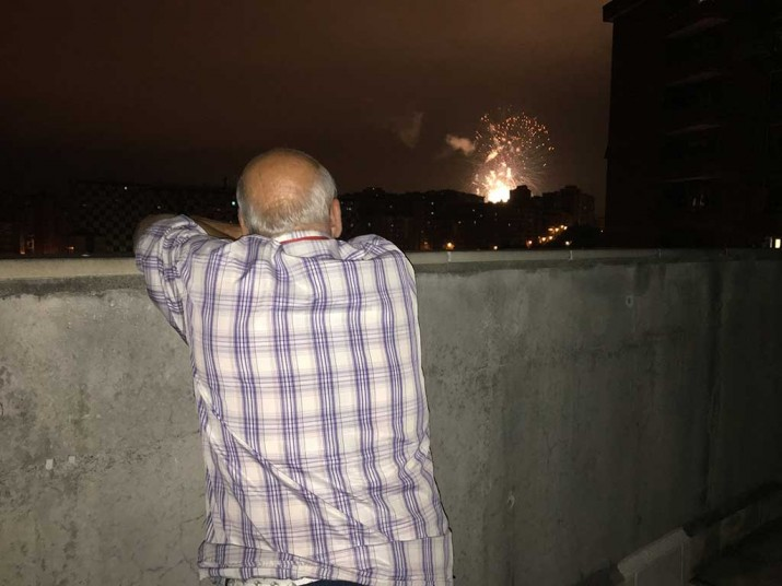 Fuegos artificiales en la Residencia de ancianos Txurdinagabarri de Bilbao