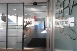 Entrada de la Residencia y Centro de Día de Ancianos Joxe Miel Barandiaran de Durango (Bizkaia)