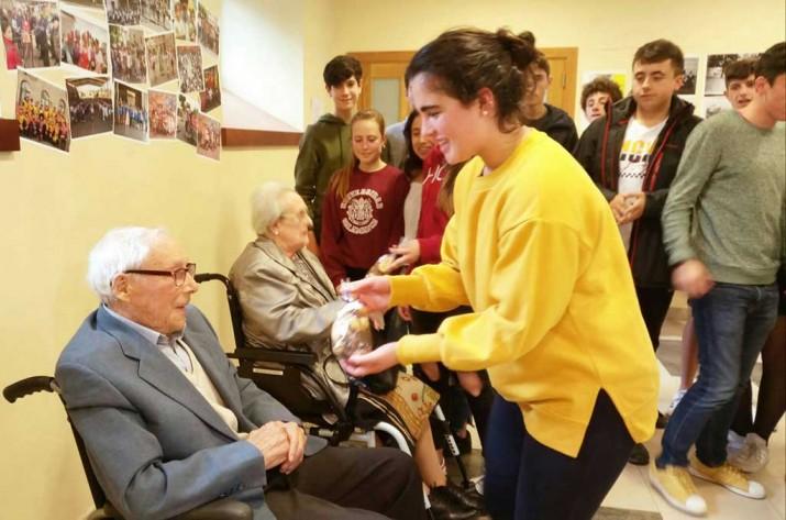 Entrega de obsequios a las personas mayores participantes