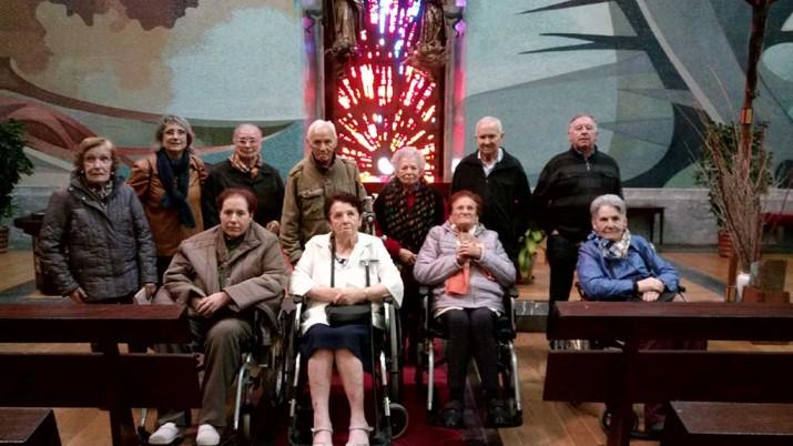 El grupo de la Residencia de ancianos de Durango, en el interior del templo
