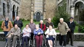 El grupo de la Residencia de ancianos de Durango, en el exterior del templo