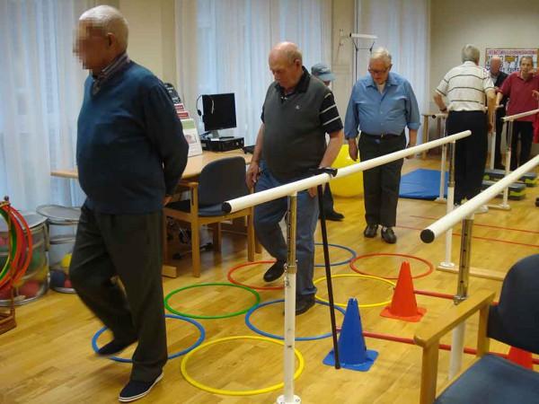 Personas mayores ejercitando el equilibrio y la movilidad en la Residencia Txurdinagabarri de Bilbao