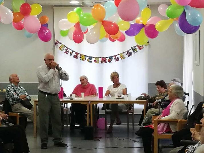 Pilar Garaiburuk 103 urte bete ditu Villabonako adinduentzako Santiago Egoitzan