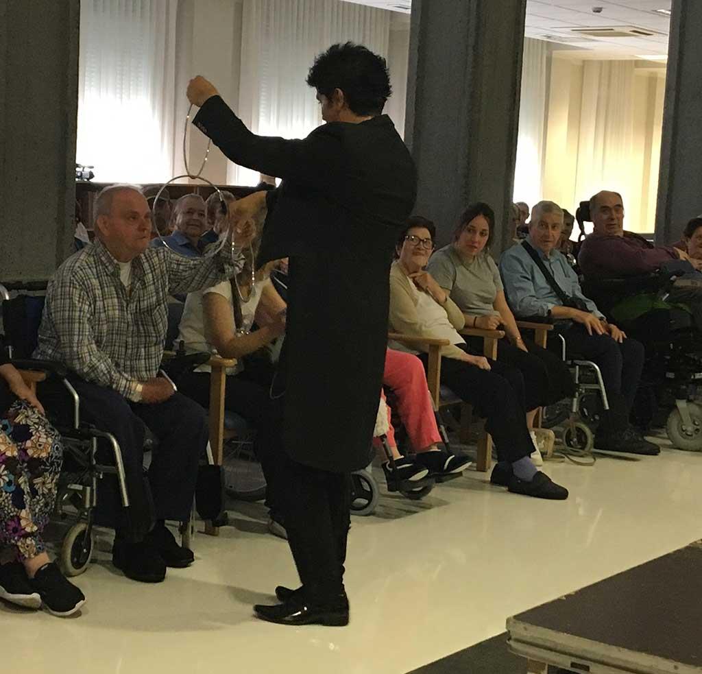 Exhibición de magia en la Residencia de Personas Mayores Txurdinagabarri de Bilbao