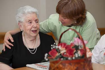 Persona mayor y gerocultora en la Residencia geriátrica Txurdinagabarri de Bilbao, Bizkaia