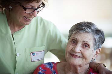 Una gerocultora y una persona mayor en la Residencia de la tercera edad Txurdinagabarri de Bilbao, Bizkaia