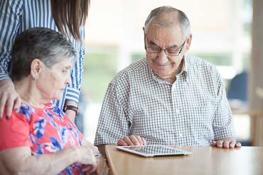 Dos personas mayores consultan unatablet en la Residencia geriátrica Txurdinagabarri de Bilbao, BIzkaia