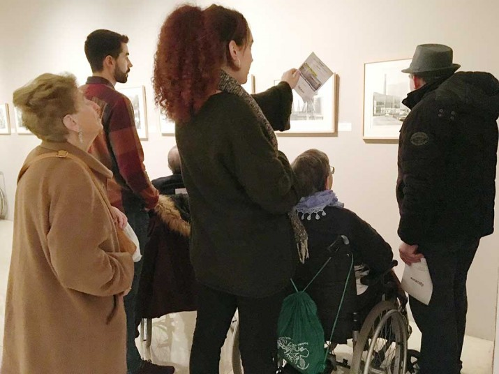 "Ancianos de Txurdinagabarri en la exposición ""Paisajes transformados"""