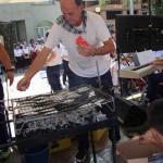 Asando sardinas frente a la Residencia Santiago