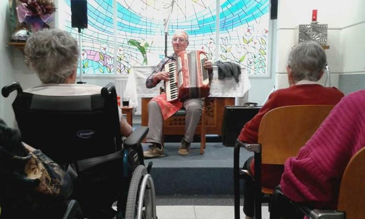 Concierto de acordeón en la Residencia geriátrica Santiago de Villabona