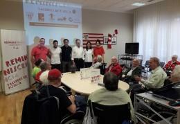 Reminiscencia y fútbol en la Residencia de ancianos Txurdinagabarri