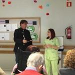 El mago saca a una gerocultora de la Residencia de ancianos Txurdinagabarri de Bilbao