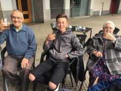 Residentes de la Residencia de personas mayores Txurdinagabarri de Bilbao en una terraza