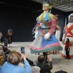 Los gigantes de Tolosa, bailando para las personas mayores de la Residencia Santiago