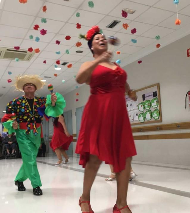 Baile en la Residencia de la tercera edad Txurdinagabarri de Bilbao
